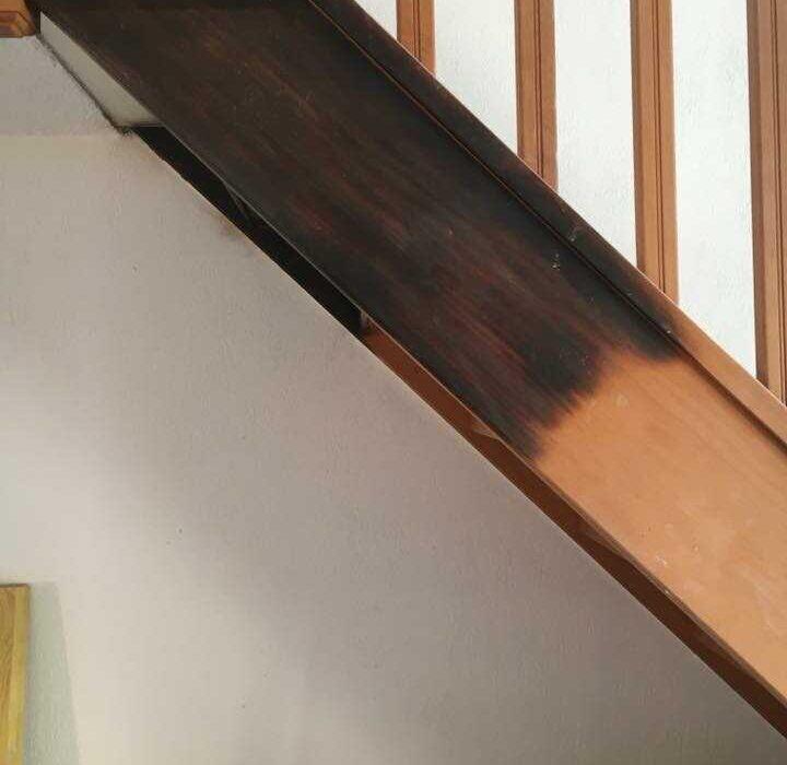 Escalera de madera pintada en piso de Barcelona