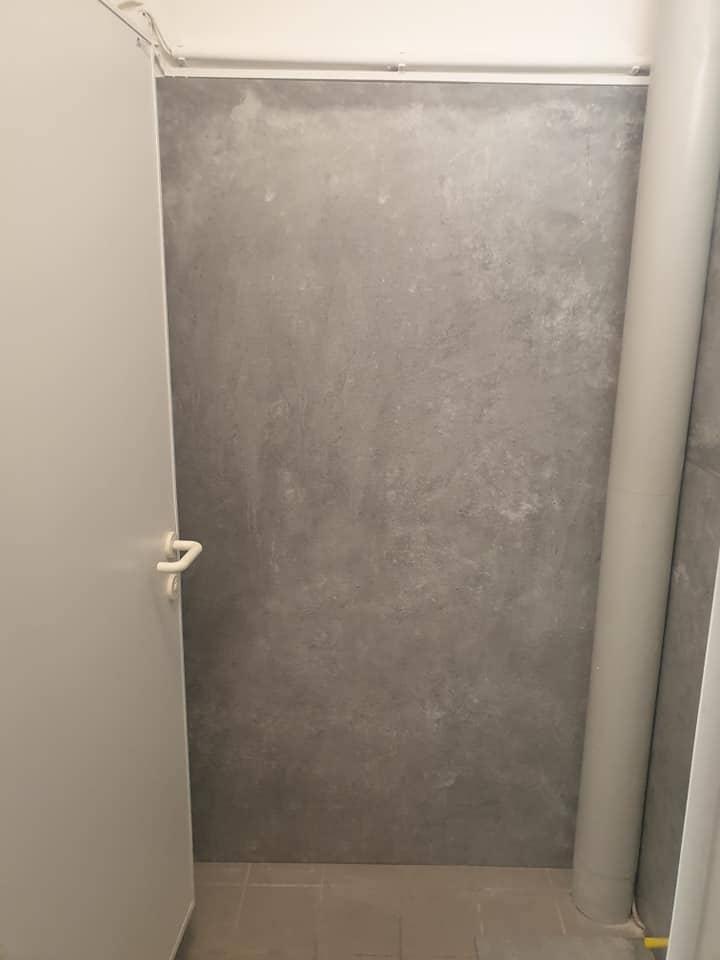 Platos de ducha y mamparas de ducha para un local