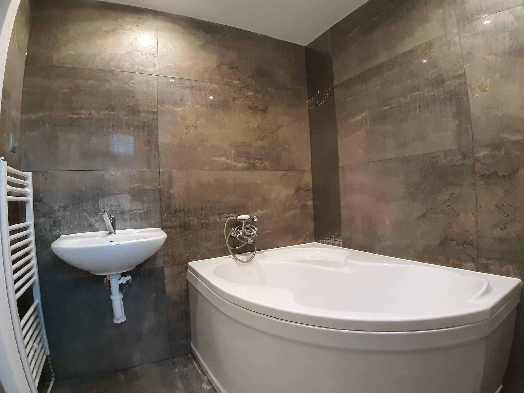 Reformas integrales de vivienda en Barcelona revestimientos paredes baños