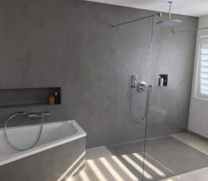 baños con bañera moderna y plato de ducha